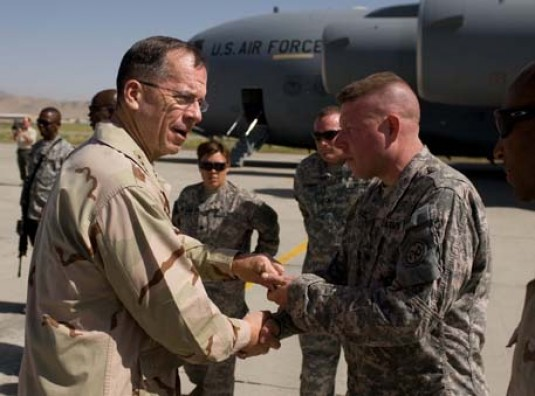 Admiral Mike Mullen, Chairman of the Joint Chiefs of Staff, presents a leader's coin in Kandahar, Afghanistan