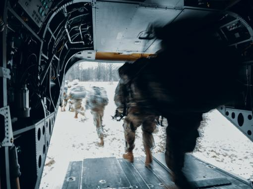 oldiers assigned to Charlie Troop 2nd Squadron 101st Cavalry Regiment New York Army National Guard from Buffalo off-load from a CH-47 Chinook assigned to Bravo Company 3rd Battalion 126th Aviation Regiment from Rochester in a simulated tactical environmen